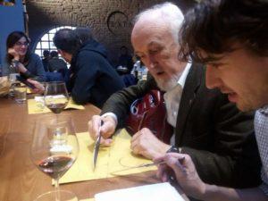 Paolo e Vittorio, a tavola, descrivono sentieri sulle tovaglie di carta.